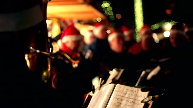 vídeos y material grabado en eventos de stock de músicos en el mercado navideño - canto