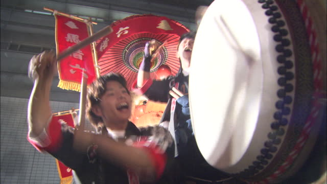 musicians bang drums and clang cymbals in the kokura gion taiko festival opening parade. - 伝統的な祭り点の映像素材/bロール