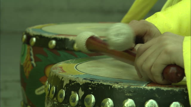 stockvideo's en b-roll-footage met musicians in colorful costumes play the drums. - drummer