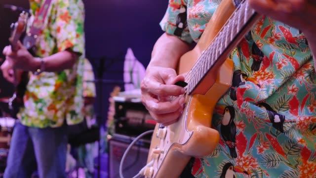 musiker im konzert gitarre spielen - moderne rockmusik stock-videos und b-roll-filmmaterial