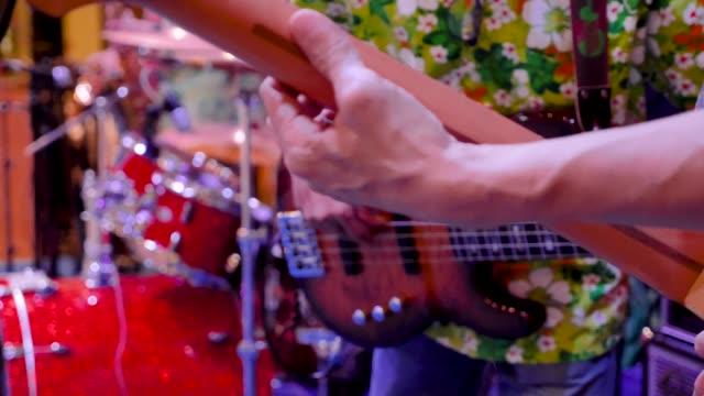 vidéos et rushes de musiciens de jouer de la guitare de concert - rock moderne