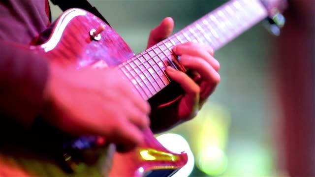 musiker auf der bühne durchführen - moderne rockmusik stock-videos und b-roll-filmmaterial