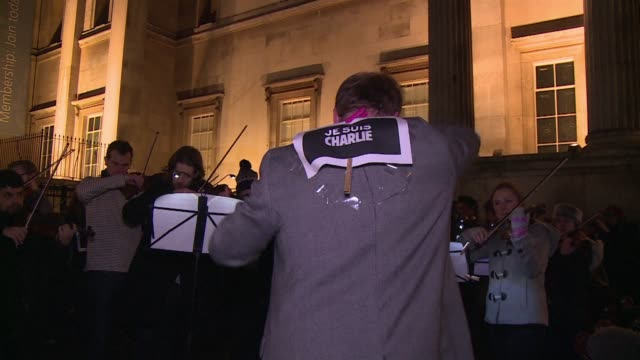 vídeos de stock, filmes e b-roll de 150 musicians play samuel barbers adagio for strings in trafalgar square london in memory of the victims of the attack on french satirical magazine... - sátira