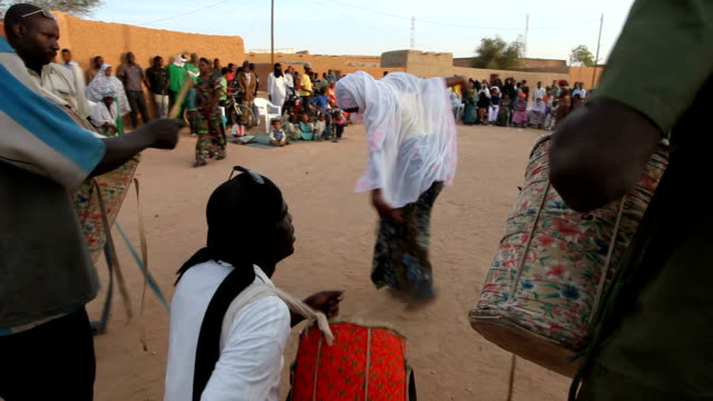 musicians playing drums and woman dancing. niger, agadez. - ニジェール点の映像素材/bロール
