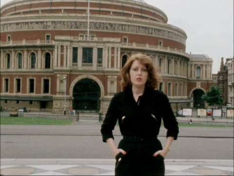 musicians vote to return to work; england: london: royal albert hall: ext reporter to camera - royal albert hall点の映像素材/bロール