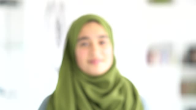 muslim beautiful girl laughing - weibliche angestellte stock-videos und b-roll-filmmaterial