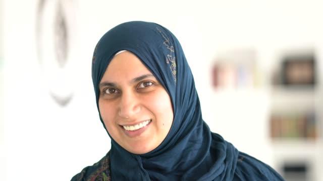 vidéos et rushes de muslim beautiful woman portrait - vêtement religieux