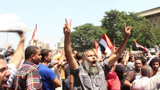 vídeos de stock, filmes e b-roll de muslim brotherhood supporters chant in protest on august 16 2013 in cairo egypt - arab spring