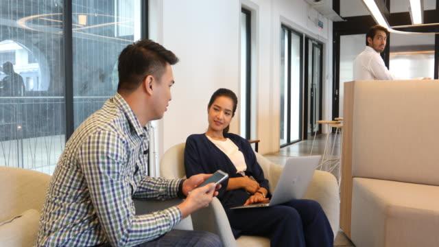 vídeos de stock, filmes e b-roll de mulher de negócios muçulmano e reunião de homem em um escritório - coworking space
