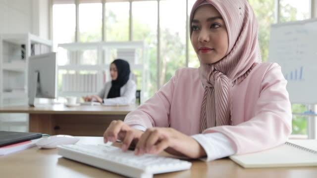 オフィスで働く伝統的な服を着たイスラム教徒のビジネスウーマン - モデスト・ファッション点の映像素材/bロール