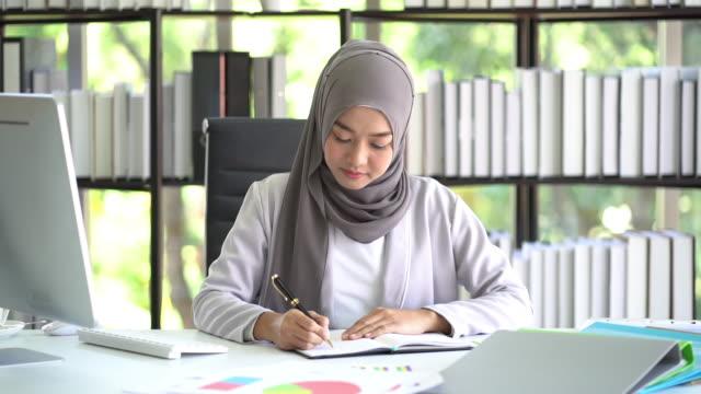 vídeos de stock e filmes b-roll de muslim business woman working in office. - arábia saudita