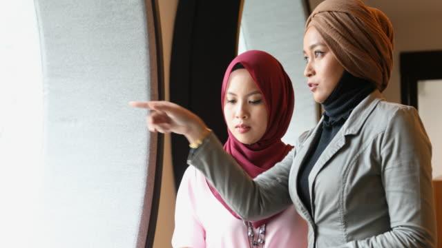 muslimische unternehmerinnen mit einem treffen in einem modernen büro - erwachsener über 30 stock-videos und b-roll-filmmaterial