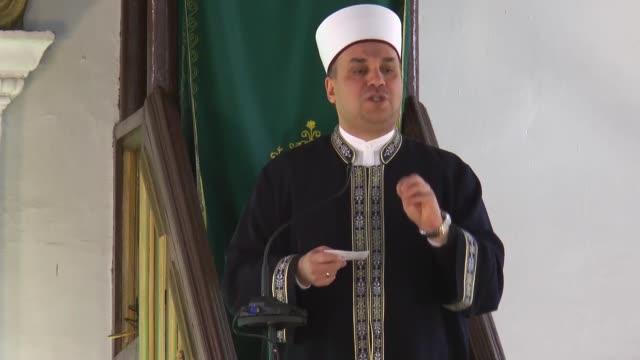 vídeos de stock, filmes e b-roll de muslim citizens perform special funeral prayers for the victims of the new zealand terrorist attacks on march 15 2019 at murat pasha mosque in skopje... - república da macedônia