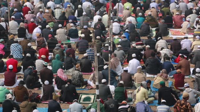 vídeos y material grabado en eventos de stock de muslim devotees attend biswa ijtema the second largest religious gathering of muslims in the world in tongi 20 km from dhaka bangladesh on january 12... - alfombra de oración