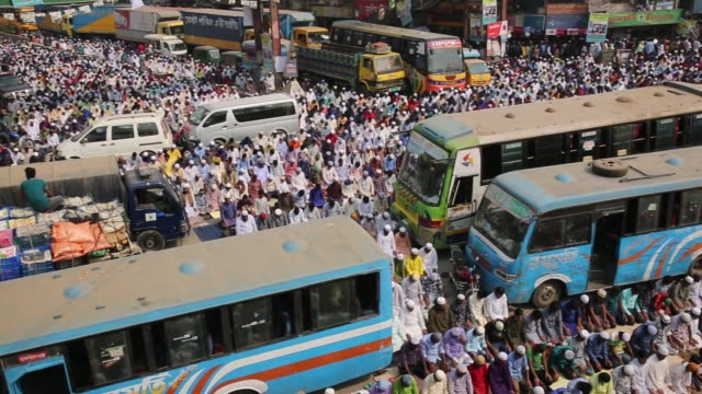 stockvideo's en b-roll-footage met muslim devotees perform friday prayer during 'biswa ijtema' the second largest religious gathering of muslims in the world in tongi town of dhaka... - pelgrim