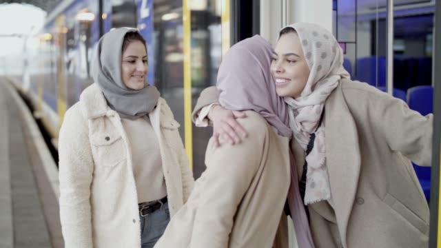 3イスラム教徒のヨーロッパの女の子 - 北ホラント州点の映像素材/bロール