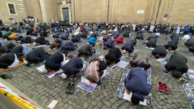 vídeos y material grabado en eventos de stock de muslim faithful attend prayer organised by the muslim community in the city centre near the french embassy to protest against the cartoons of the... - satírico