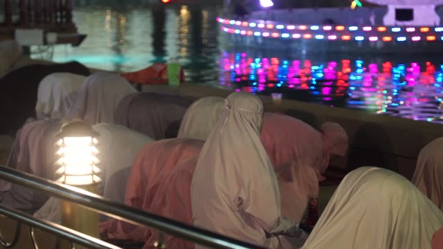 muslimische frau betet in ramadanacht - moschee stock-videos und b-roll-filmmaterial