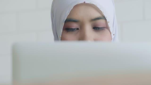 vídeos y material grabado en eventos de stock de mujer musulmana que trabaja - oriental asiático e indio