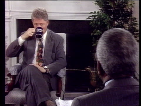 vidéos et rushes de muslim forces battle for territory; itn usa: washington: white house 2 shot cms us pres bill clinton intvwd sot - we've pushed hard for strengthening... - bosnie herzégovine