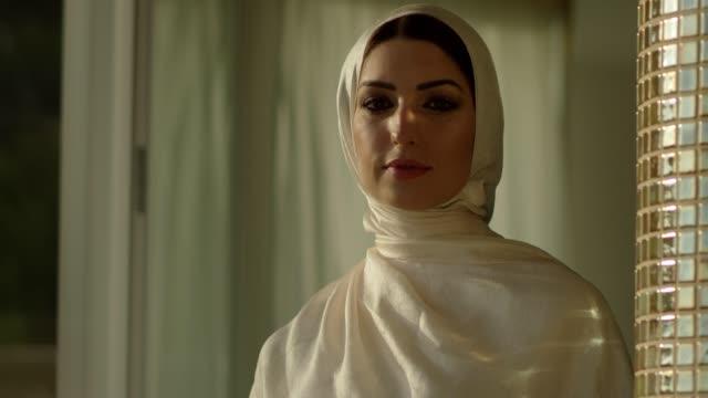 vídeos de stock e filmes b-roll de muslim girl in hijab is looking at camera - arabesco