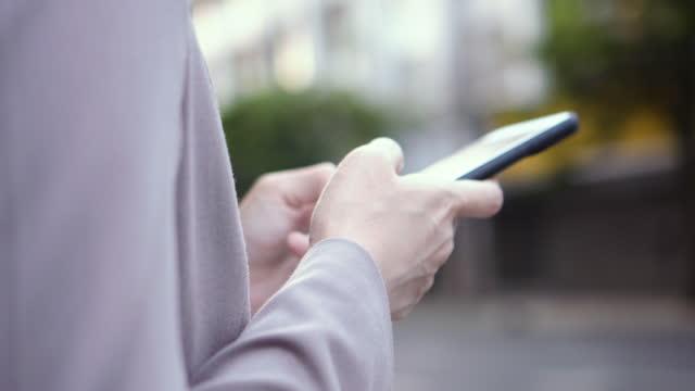 vídeos y material grabado en eventos de stock de chica musulmana usar teléfono móvil - the nature conservancy