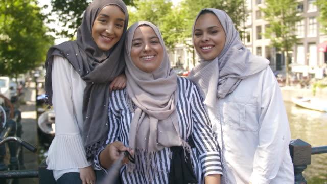 muslimische mädchen, die eine selfie video - 20 24 jahre stock-videos und b-roll-filmmaterial