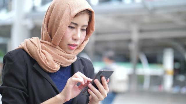 muslimische hijab geschäftsarbeit - religiöse kleidung stock-videos und b-roll-filmmaterial