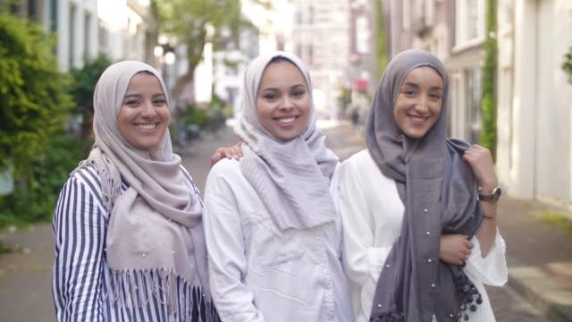 mädchen mit muslimischen migrationshintergrund - 20 24 jahre stock-videos und b-roll-filmmaterial
