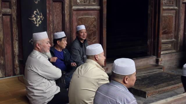 vidéos et rushes de ms muslim in mosque/xian,shaanxi,china - mosquée