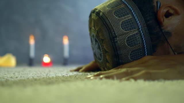 モスクで祈り、頭を下げるイスラム教徒の男 - スーフィズム点の映像素材/bロール