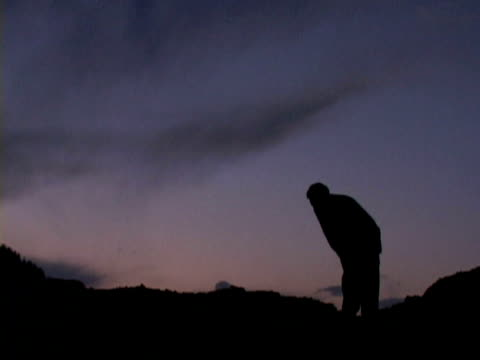 ws muslim man praying at dusk, jalalabad, nangarhar, afghanistan - 30代の男性だけ点の映像素材/bロール