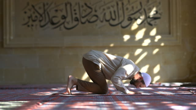 muslim man praying in mosque - pregare video stock e b–roll