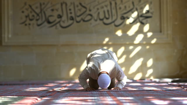 muslim man praying in mosque - moschea video stock e b–roll
