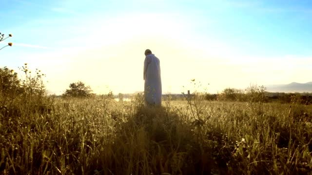 hd dolly: muslimischen mann beten in der gras - islam stock-videos und b-roll-filmmaterial