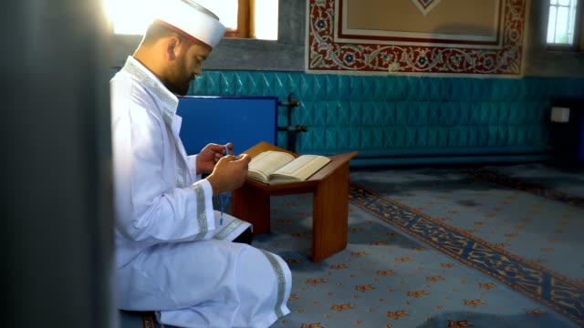 vidéos et rushes de l'homme musulman prie - pèlerinage