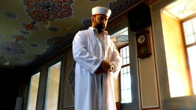 vídeos de stock e filmes b-roll de muslim man prays - peregrinação