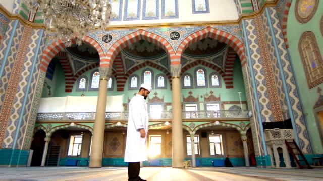 ムスリムの男が祈る - スーフィズム点の映像素材/bロール