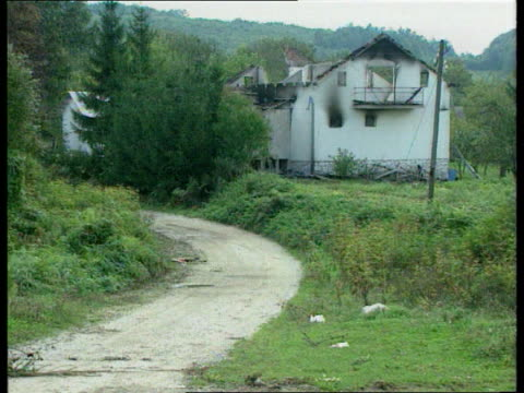vidéos et rushes de muslim massacres evidence; bosnia- herzegovina: kljuc banner across road with bosnian muslm flags and slogan welcoming people to free kljic after... - bosnie herzégovine