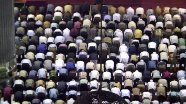 ha ws zo muslim men bowing and praying in istiqlal mosque / jakarta, indonesia - islam stock videos & royalty-free footage