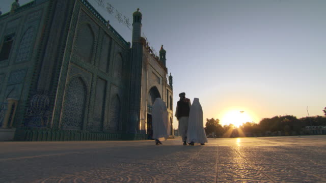 stockvideo's en b-roll-footage met muslim morning prayer. blue mosque in afghanistan. - afghanistan