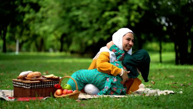 vídeos de stock e filmes b-roll de muslim mother and daughter embracing together - médio oriente
