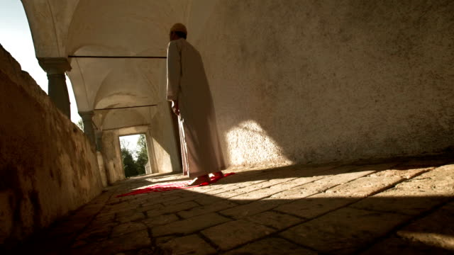 vidéos et rushes de hd: pèlerin prière musulmane à la fin de l'après-midi - un seul homme