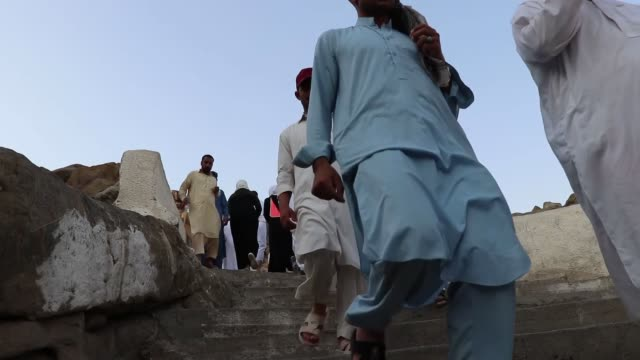 stockvideo's en b-roll-footage met muslim pilgrims arrive at mount arafat also called jabal alrahmah where the prophet mohammed is believed to have given his final sermon in mecca... - bedevaart