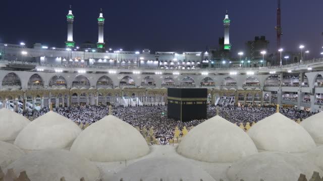 イスラム教の巡礼者タワーフ masjidil ハラームでメッカ、サウジアラビアでカーバ神殿 - 巡礼点の映像素材/bロール
