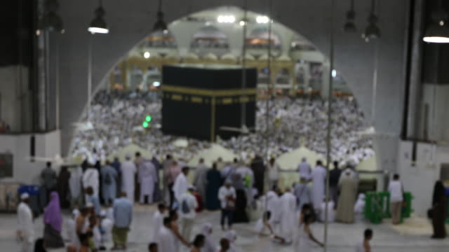 イスラム教の巡礼者タワーフ masjidil ハラームでメッカ、サウジアラビアでカーバ神殿 - スーフィズム点の映像素材/bロール