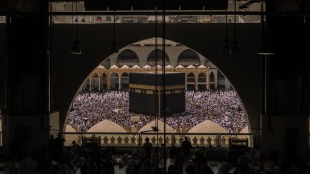 vidéos et rushes de pèlerins musulmans la sainte kaaba à la mecque en arabie saoudite en tournée - christianisme