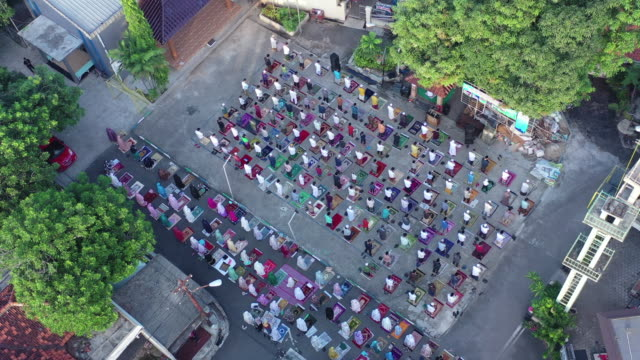 muslim praying while ied fitri at covid19 corona pandemic - religious celebration stock videos & royalty-free footage