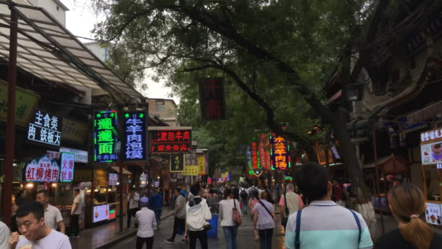 vídeos y material grabado en eventos de stock de muslim quarter in xi'an located at the north of the drum tower is a famous tourist attraction along the street there are ancient architectures of the... - lapso de tiempo a cámara rápida
