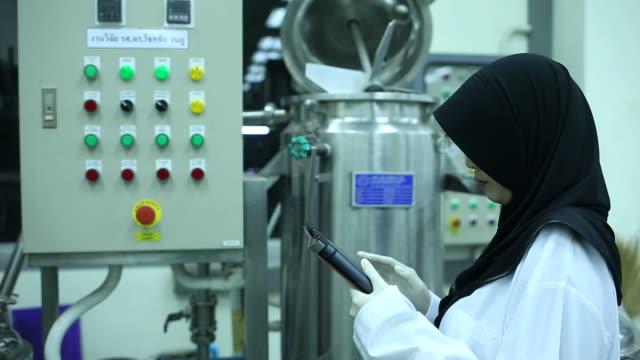 vidéos et rushes de sciecne musulman travaillant dans l'usine - islam